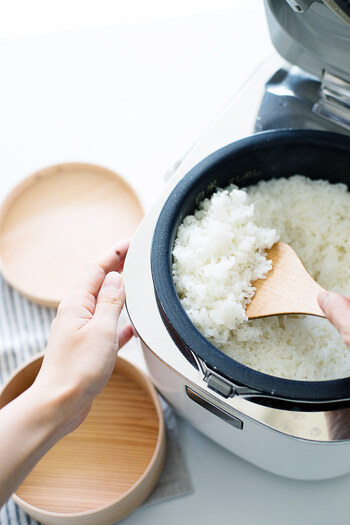一人暮らしだと上手に保存しておいてもお米が古くなってしまったりすることもあると思います。そんな時は、お米2合に対して小さじ1杯程度のみりんを入れてお米を炊くと、ぬか臭さが取れ美味しくお米を炊くことができますよ。そのほかに、安いお米を美味しくするには、炊く際に少し日本酒を入れてあげると良いですよ。