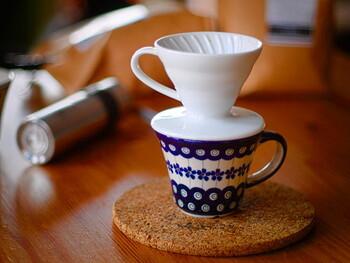 有田焼で作られた「セラミック」はつややかな白が目を惹きます。キッチンの棚に並べても素敵ですね。色違いでレトロな茶色や赤もあります。