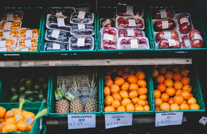 """フランスのスーパーでは、野菜や果物は量り売りが基本。 まず購入したい分量の野菜/果物を量りに乗せます。注ぎに、機械のトップ画面で""""LEGUMES(野菜)""""か""""FRUITS(果物)""""のどちらかを選択します。次の画面で、写真付きで野菜/果物のリストが出てくるので、該当する野菜/果物を選択すると、1kgあたりの重さから、取った分だけの重さの値段算出されます。"""