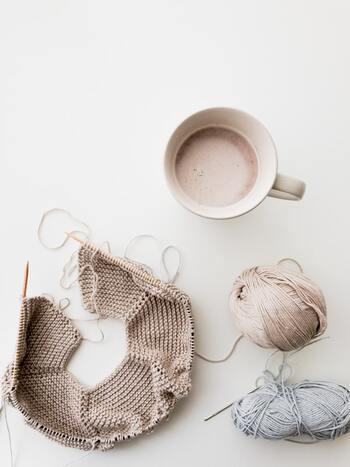 帽子など円筒状に編んでいくものには、2本の針をコードでつなげた輪針を使うと、ぐるぐる編んでいくだけで筒状になるので簡単です。