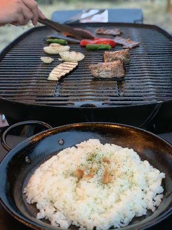 夕食は、地場の上州肉やふんだんなお野菜が魅力なBBQ。屋外のダイニングデッキでいただく夕食は、最高の味わい!  もちろん、お片付けはすべてスタッフにお任せでOKです。