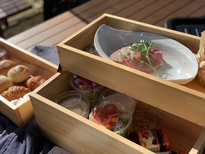そして朝食も、とっても魅力的。 ピクニックスタイルのモーニングは、ボックスの中にオシャレに並んだパンやサラダ、卵やハムたちが・・・!