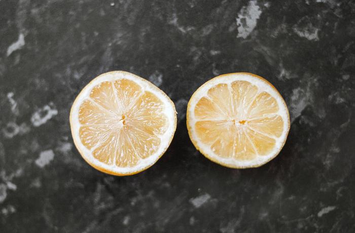 柑橘系の「ベルガモット」「レモン」「グレープフルーツ」のエッセンシャルオイルには「光毒性」があります。それらを肌にかけて紫外線を浴びると、シミや肌荒れの原因となりますので注意が必要です。  ※他にもアンジェリカ・ルートやオレンジ・ビターも光毒性があります。