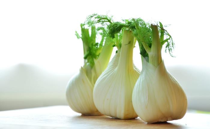fenouil(フヌイユ)は、蕪にセロリが生えたような一見変わった野菜です。日本ではフェンネルと呼ばれ、ハーブの一種としても使用されます。匂いが独特で、大人に人気のある野菜だそう。ポタージュやグラタン、サラダなど、様々な料理に使用されます。