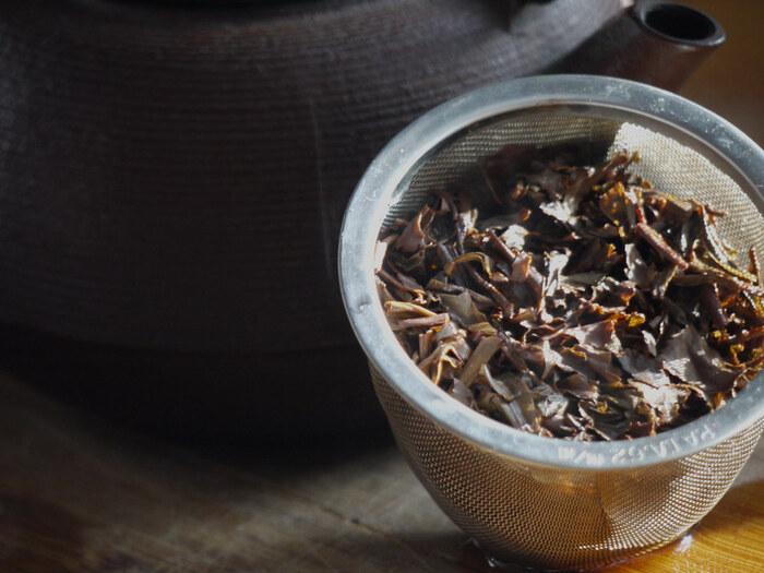 「ほうじ茶」と一口にいっても、*京番茶や加賀棒茶、雁ヶ音ほうじ茶等、緑茶と同じように産地によって様々な味わいがあります。それぞれ、茶葉の種類や用いる茶の部位、焙煎の仕方に特色があり、風味が異なります。