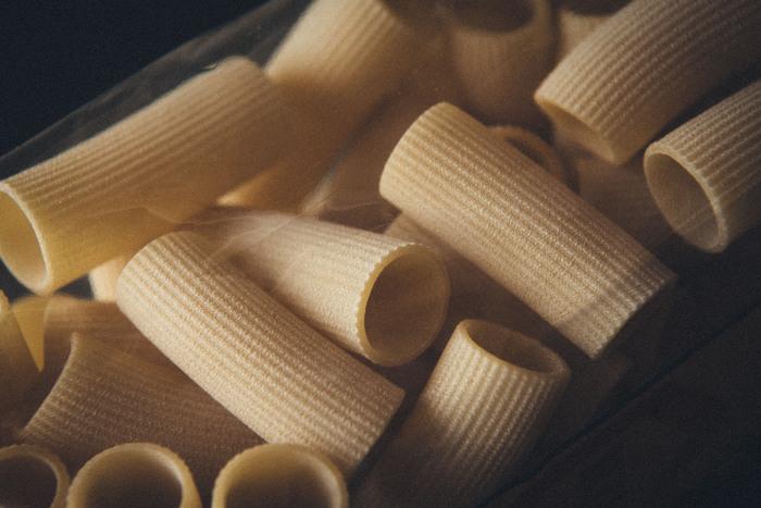 イタリア語で「すじ」と言う意味で、その名のとおり表面にすじの入った直径8mm~15mm前後の筒状のショートパスタです。 ソースの絡みが良いので、トマトソース、クリームソース、肉類などの重めのソースと相性が良いのが特徴です。