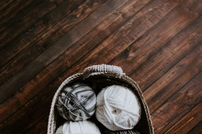 ガーランドやオーナメント、なにか作ってみたいと思っても難しそうでなかなか手が出ないことも多いですよね。でも、毛糸や刺繍糸で作るボールなら縫うこともなく簡単に作れます。