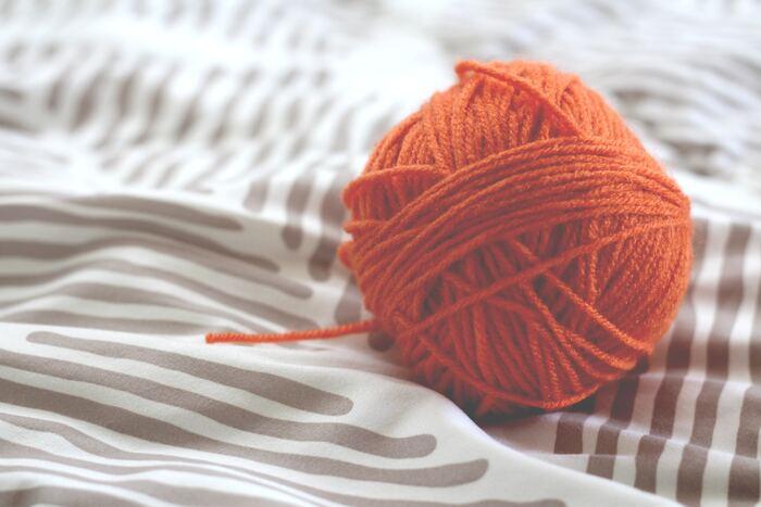 毛糸をぐるぐると巻いてボール状にしたものも可愛らしいですが、これだと毛糸の量もたくさんいるしなにより重いのが気になりますよね。