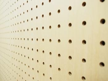 この有孔ボードの壁、学校の音楽室で見た覚えがありますよね。この穴は本来音を吸収し、反響を抑えるためのものなんです。有孔ボードはホームセンターで購入可能。好みのサイズにカットしてくれるお店もあります。