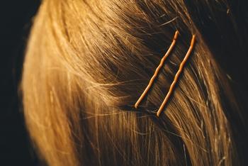 「ねじってとめる」を重ねると、ショートヘアでも、すっきりハンサムにまとめることができます。 とまりにくい髪質の場合は、内側に細く三つ編みを隠してつくり、そこに引っかけるようにピンをつかうととまりやすく、方向性ができて、束ね髪っぽくなります。