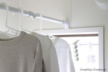 雨の日などの室内干しは浴室がおすすめ。濡れたものを掛けるので、かなり重さがかかりますね。写真の突っ張り棒は、ニトリの強力タイプ。ジャッキ式なので、しっかり保持してくれそうです。ちょっとした突起に掛かるように設置しているのもgoodアイデア。