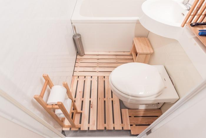 トイレ一体型のユニットバスは1964年の東京五輪をきっかけに誕生し、以降ホテルや集合住宅で浴槽・洗面台・トイレの「3点ユニットバス」が採用され始めました。