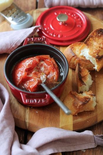 リコピンやビタミンCが豊富に含まれている夏野菜の代表格「トマト」。火を入れることで甘みが増すトマトを塩とオリーブオイルなどシンプルな味付けで素材そのものを美味しくいただくレシピです。バケットを浸して食べても良し。疲れた体に染み渡る一品です。