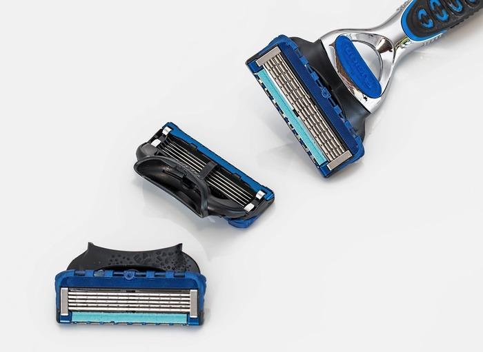 毛玉が出来た素材の上をそっと、T字カミソリで優しくなでていく方法。決して歯を立てたりせず、力を抜いて優しくなでてゆくことで、毛玉の丸まった部分だけが刈り取られていきます。