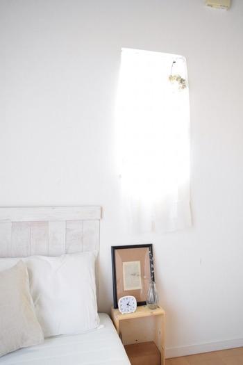 カーテンレールがなくても、突っ張り棒で簡単にカーテンが付けられます。カーテンにループを作って、突っ張り棒を通すだけ。ちょっとした小窓や出窓などにも、可愛いカーテンでアクセントを付けてみませんか?