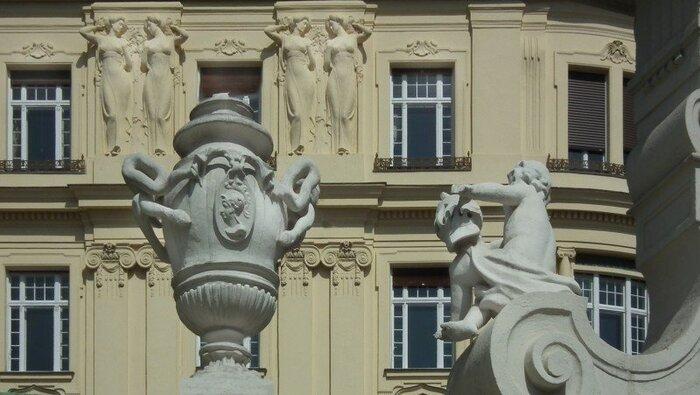 Photo on [VisualHunt.com](https://visualhunt.com/re4/7b1c07d1)  19世紀末~20世紀初頭の約30年、ヨーロッパでおこった革新的な芸術運動です。「産業革命以降、粗悪になった実用品に芸術性を取り戻そう!」というコンセプトのもと、芸術性が求められる様々な分野の作品に影響を与えてきました。動植物や、昆虫などの有機的なモチーフが特徴です。アール・デコがシンメトリのデザインが多いのに比べ、アール・ヌーボーはアシメトリーのデザインが目立ちます。この時代を象徴する作家としては、建築家のアントニ・ガウディや、ガラス作家のエミール・ガレ、日本でも人気のあるアルフォンス・ミュシャなどが代表的です。