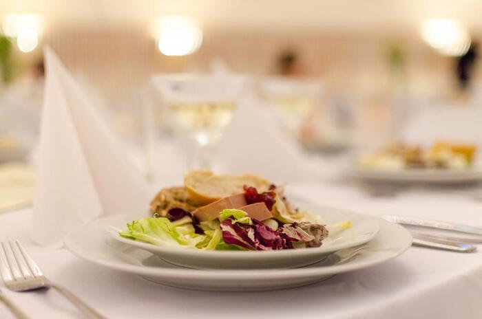 良く切れる包丁で、素材ごとにより美味しさを感じるように切られる食材。さらに盛り付けの美しさはいうまでもありません。