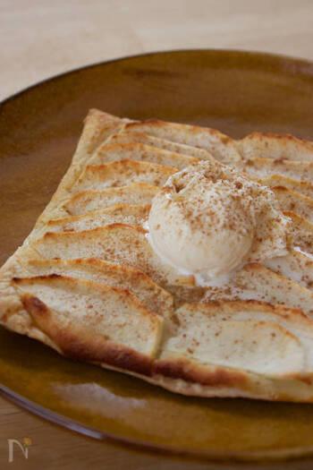 リンゴ、シナモン、アイスクリームの相性も抜群。  バターたっぷりにして、仕上げにアルコールをちょっとかけて火をつけ、サーブしてくれるガレットのお店もありますよ。