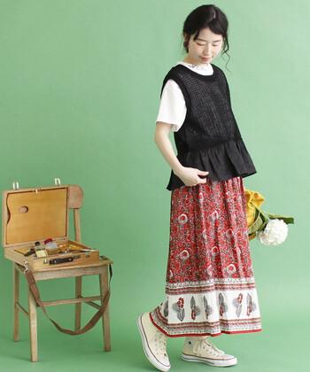 夏でも着心地よく、かつコーデにリズムを与えてくれる麻ニット。少しエスニックなスカートと合わせて、ナチュラルに。