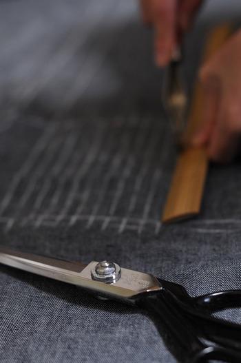 布はハサミで裁断しても、手で裂いてもかまいません。素材は木綿のものを選ぶと、ほつれも出にくいそうです。材料の準備ができたら以下の動画をお手本に、さっそく布ぞうりを作ってみましょう♪