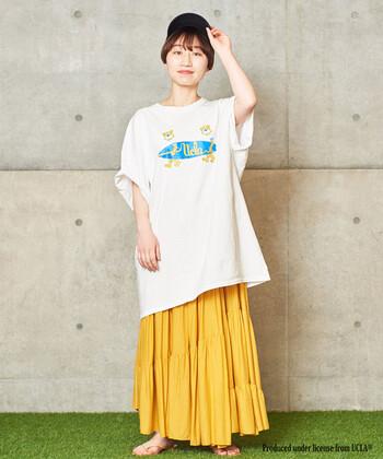 ビックシルエットのTシャツをゆるっと重ねて。メンズライクなアイテムで揃えつつも、スカートのフレア感で女性らしさも忘れません。元気な印象を与えるイエローのスカートは、楽々としたアクティブな着こなしがお似合いです。