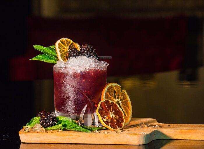 その日の気分に合わせて、色鮮やかなドリンクに、ミントの葉やフルーツを飾って、自分だけのオリジナルカクテルを♪今回は、カクテルにまつわる豆知識と、お洒落なカクテルの作り方をご紹介します。お酒が飲めない人のための、ノンアルコールカクテルの作り方もあわせてご紹介するので是非参考にしてみてくださいね。