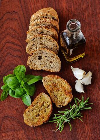 「パン」 パンはそのまま冷凍OK!食べる時には冷凍したまま焼くだけで、サクッと食べることができます。食パンなどはスライスしてから冷凍すると、すぐに使えるのでおすすめです。