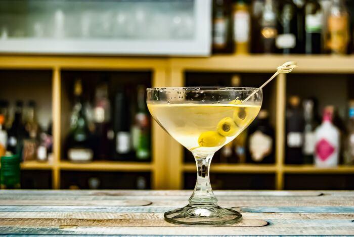 ジンとベルモットを3:1でステアして混ぜ合わせ、最後にオリーブが飾られます。無色透明の強めのカクテルですが、オリーブの塩気でほんのりまろやか。お好みでレモンを絞りいれると、よりすっきりとした味わいを楽しめます。