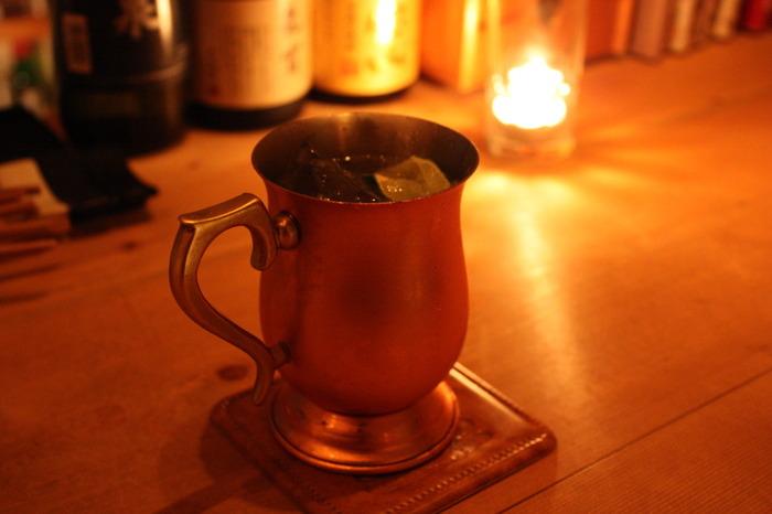 「モスクワ(モスコ)のラバ(ミュール)に蹴飛ばされたように」アルコールが効いてくるという意味を持つ、ウォッカベースのカクテルです。熱伝導性の高い銅のマグカップに入れてビルドするのが、ツウな飲み方♪