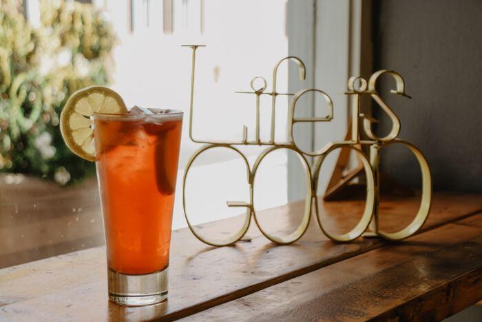 オレンジジュースとグレナデンシロップ(ザクロと砂糖のシロップ)を使っているので、甘めのカクテルですが、男女問わず人気のカクテル。色のグラデーションが、朝焼けの空のように見えることから名づけられました。