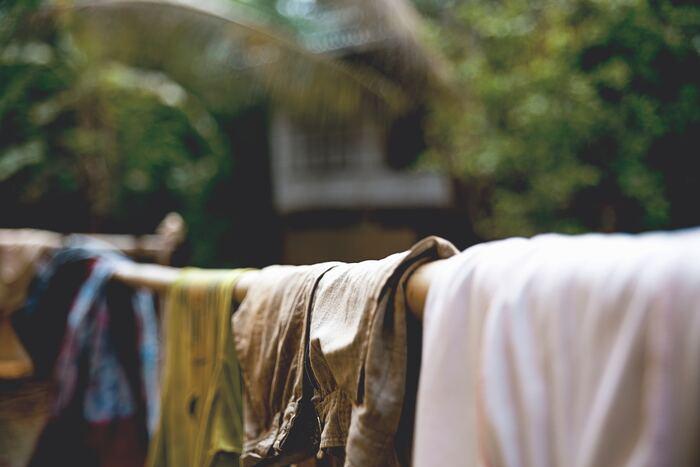 袖があるモノはすべて逆さ吊りにしましょう。乾きにくい脇や袖の風通しも良くなり、乾きやすくなりますよ。乾きにくいパーカーも、フードハンガーを使わなくてもすむので簡単です。手でフードの型を整えてふんわりさせておきましょう。 (※画像はイメージです)