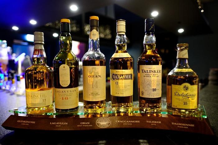 ウイスキーは原料や蒸留方法によって、味わいやコクに違いが出てきます。さらにブレンドされることで、いろいろな種類のウイスキーが生まれるんですよ。世界五大ウイスキーと呼ばれているのが、スコットランド、アイルランド、アメリカ、カナダ、そして日本。日本のウイスキーは、世界的にも評価される人気のウイスキーの一つです。