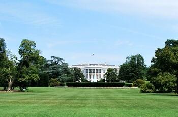 舞台はアメリカ政界、ホワイトハウス。主人公は22年間もの間、ホワイトハウス入りを目指す下院議員。あと一歩で国務長官!というところで他の議員たちに裏切られて事態は急展開。どん底からのし上がるために、手段を選ばないフランクとその妻。そのほか登場人物おのおのの欲望が絡み合ったハラハラドキドキのストーリー展開です。  ※画像はイメージです。