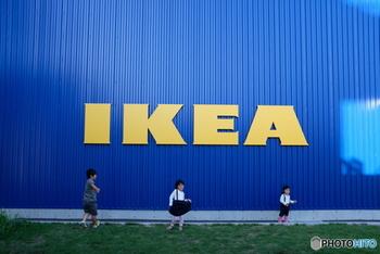 フランチャイズも含めると世界38カ国に店舗があるIKEA。豊富な商品展開とスウェーデン生まれのおしゃれなデザイン、それでいてリーズナブル。どんなお家にも馴染みやすく使い勝手が良いので、家中すべてIKEAで揃えられる方もいらっしゃるほど人気のブランドです。 北欧家具を身近なインテリアとして楽しめるようになったのも、IKEAのおかげかもしれませんね。