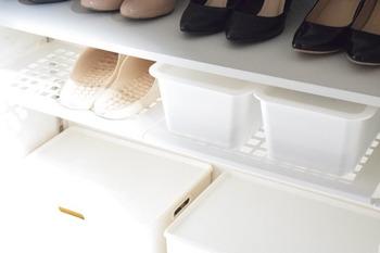 突っ張り棒と合わせて使う棚も販売されています。こちらは、100均のものだとか。突っ張り棒の2本使いよりも安定感があり、取り出しやすいのが特徴。通気性もいいですね。靴まわりの小物などもケースに入れてシェルフに置けます。