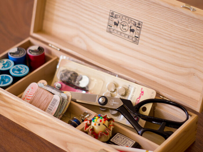 仕切りがたくさんあるお道具箱は、裁縫箱にぴったりです。細かいものが多い裁縫道具を、スッキリきれいに収納することができます。裁縫道具には、裁ちばさみなのように長さのあるものもあるので、横長のお道具箱がおすすめです。
