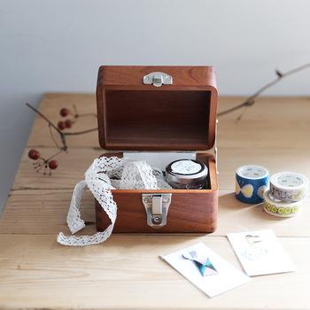 マスキングテープ、付箋、クリップ、スタンプなど、小さくてバラバラになりやすいものにも、お道具箱がぴったり。小さめのお道具箱を選んでみましょう。デッドスペースの活用にも有効ですね。