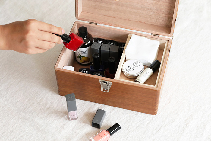 小さいサイズのお道具箱には、たまにしか使わないものを。必要なときに取り出せばいいので、使わないときも邪魔にならず、とても便利です。高さのあるお道具箱を選べば、ボトル類もきれいに収納できますよ。