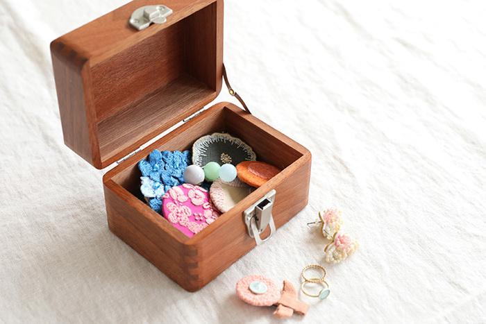 お道具箱にアクセサリーを収納すれば、あっという間に自分だけの宝箱ができちゃいます♪小さいお道具箱なら、外出先や旅行にも持って行きやすいので、そのときの気分に合わせてアクセサリーを変えられますよ。