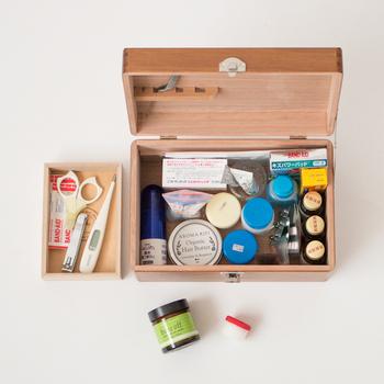 お薬や絆創膏などは、一カ所にまとめてあると、必要になったとき、焦らずに済みます。お薬の錠剤には瓶に入っているものも多いので、ある程度高さがあるお道具箱を選びましょう。きれいに整理できていれば、数や使用期限の管理もしやすくなりますね。