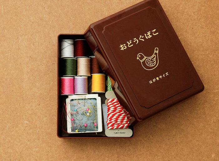 いろいろな道具が入っている裁縫箱とは別に、よく使う針と糸だけを入れたお道具箱があるといいですね。とれたボタンを付けなおすときは、このお道具箱だけ出せばOK。使用頻度に合わせて分けておくのが、大人流です。