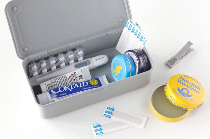 小さめのお道具箱は、旅行やお出かけのときの薬箱に使えます。メインの救急箱から必要なものを取り出して持って行きましょう。これがあれば、もしものときも安心。細かいアイテムもきれいに整理できるので、長期の旅行にもおすすめです。