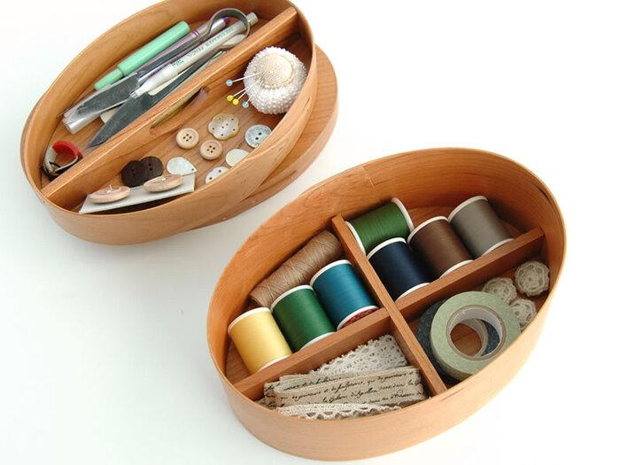 楕円型のお道具箱も、あたたかい雰囲気があって魅力的!素敵な裁縫箱になりそうです。ある程度高さのあるものの方が、収納力もあって使いやすいですね。ボタンや糸のコレクションケースにしてもいいかも…♪