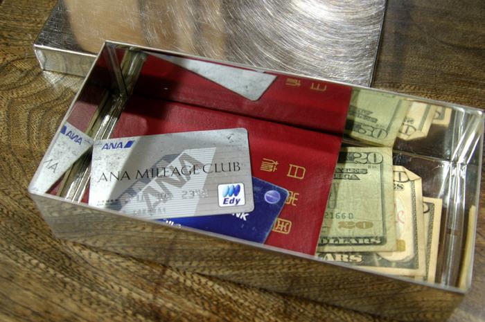 パスポートやクレジットカード、通帳や印鑑など、大切なものの定位置としても、お道具箱は大活躍!よく海外へ行く方は、海外の紙幣や小銭入れとしても使えますよ。