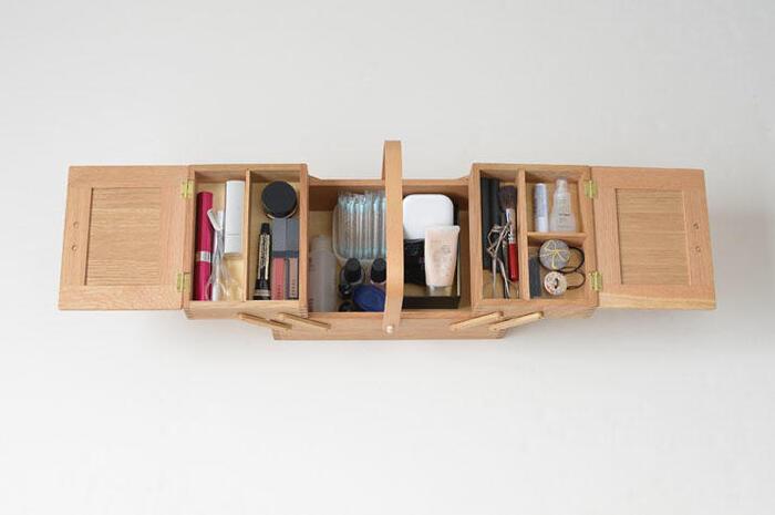 収納力のある大きめのお道具箱なら、メイク道具もすっぽり。仕切りを使って、上手に整理しましょう。2段になっているお道具箱は、2段目をスライドさせたり取り外したりできるので、中身が見やすく取り出しやすいというメリットがあります。