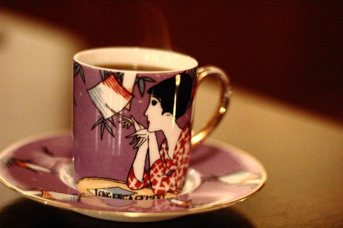 """大正ロマンを代表する竹久夢二は、「夢二式美人画」という日本画の技法で描かれた作風で知られる画家です。従来の日本画と明治後期に流入したアール・ヌーヴォーとの出会いにより、日本では""""大正モダニズム""""が生まれています。"""