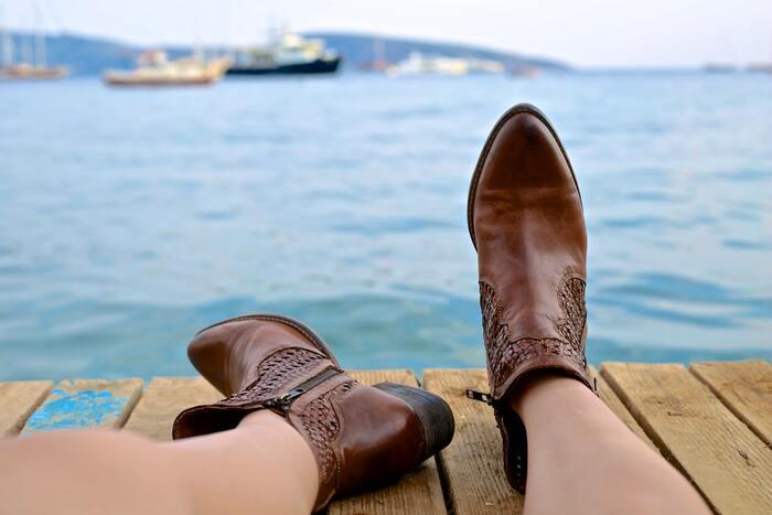むわ~と漂う、不快な靴の匂いとりには、「重曹」と「10円玉」が効果的。布や古靴下などに重曹を100グラムほど入れ、紐で結んだものを靴に入れます。重曹は、吸湿性と消臭性に優れているので、嫌な靴の匂いにも効果的。重曹を乾かせば、何度でも使えます。  また、靴を脱いですぐ10円玉を入れるのも手軽でおすすめの方法です。10円玉の銅から発生する銅イオンが、臭いの原因となる雑菌を取り除く働きが期待できるそうです。