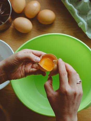 髪質によって使い方は変わります。ノーマルヘアは全卵、ダメージヘアは黄身のみ、オイリーヘアは白身のみを使いましょう。卵だけのパックの時は1〜2個分をかき混ぜ、髪に馴染ませ30分ほど置いて、その後はいつものシャンプー、リンスをします。