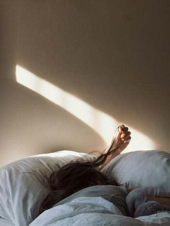 冬に起きられないのは体が冷えているからと言われています。冬は気温が低いうえに眠っている時には体を動かさないことから体温も血圧も低くなっています。そのため、手足に強い冷えを感じたり低血圧でフラフラしてなかなか起きられなくなるのです。