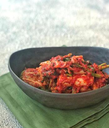 丸玉の白菜が出回る冬の季節に是非作ってみていただきたい常備菜が「自家製キムチ」です。漬けてから1週間後からが食べ頃です。自分で漬ける楽しさを味わってみてくださいね。